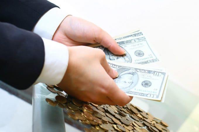 Почему банки снижают процент по вкладам в рублях и валюте