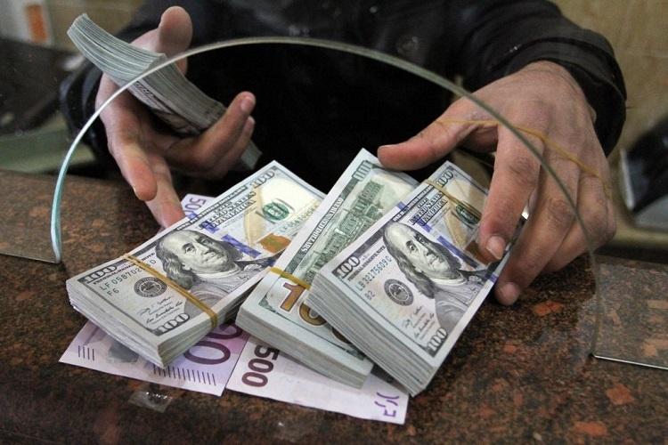 Банки снижают ставки, а клиенты забирают вклады